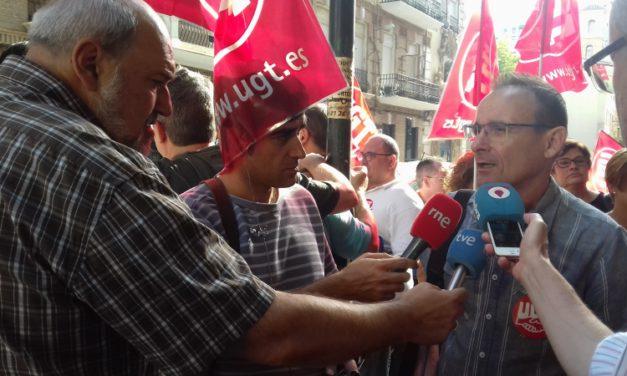 Trabajadores y trabajadoras de Hostelería se concentran frente a la sede de la patronal para reclamar el desbloqueo del convenio y unas condiciones dignas