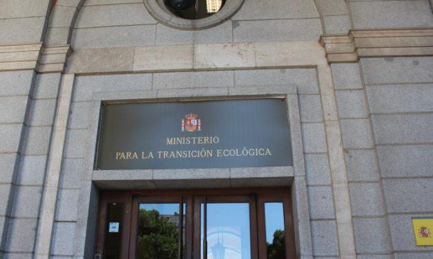 Concentración de delegados/as de UGT y trabajadores/as del Hotel Riu Oliva frente al Ministerio para la Transición Ecológica