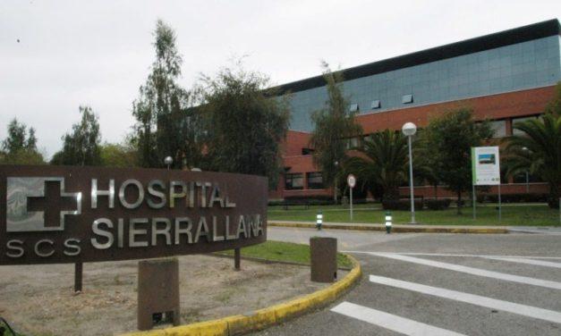 La plantilla de la cafetería y la cocina del Hospital de Sierrallana aplaza su encierro aunque mantiene la concentración del día 29